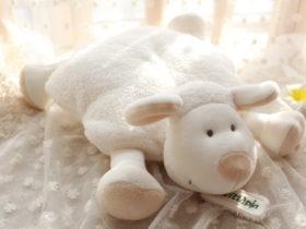 を年の羊の赤ちゃん-なだめる赤ちゃん安全な睡眠羊ぬいぐるみ人形の-ベッド-で羊子羊