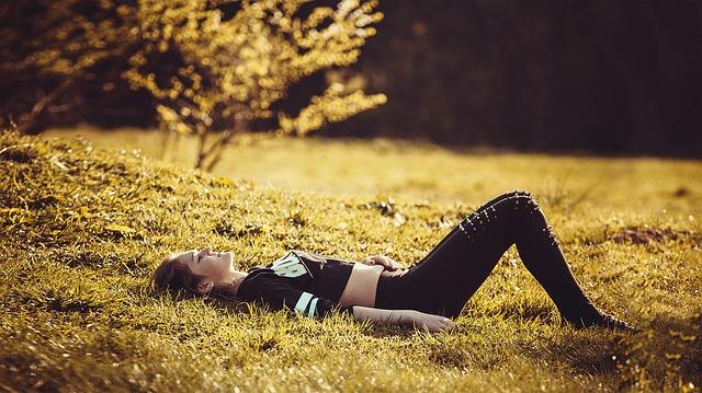 girl-lying-on-the-grass-1741487_640